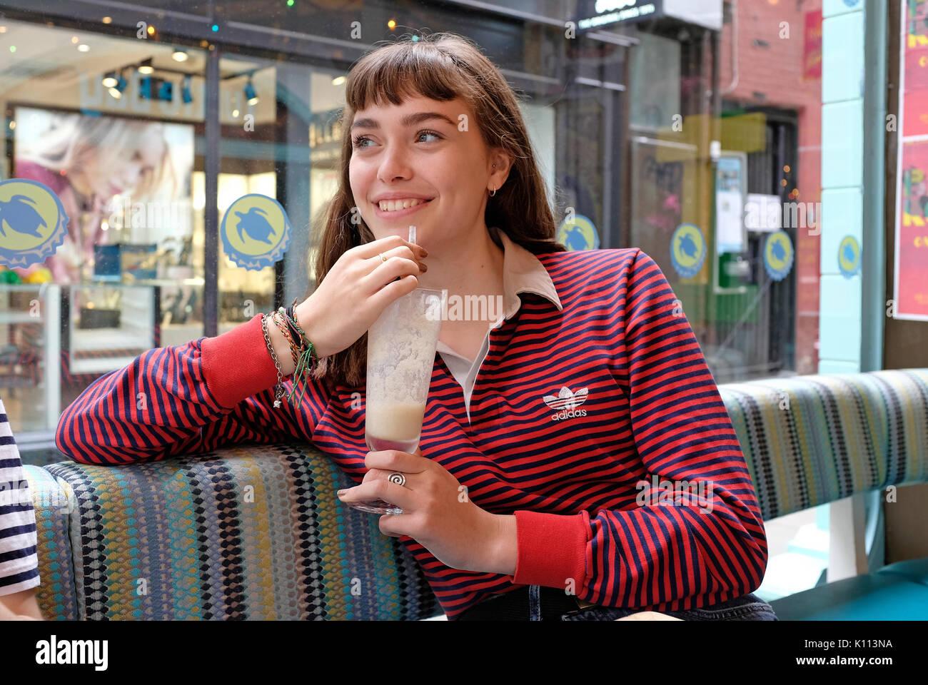 Junge Teenager weiblich im Cafe Stockbild