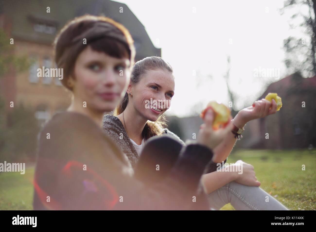 Zwei junge Frauen, die einen Apfel essen Stockfoto