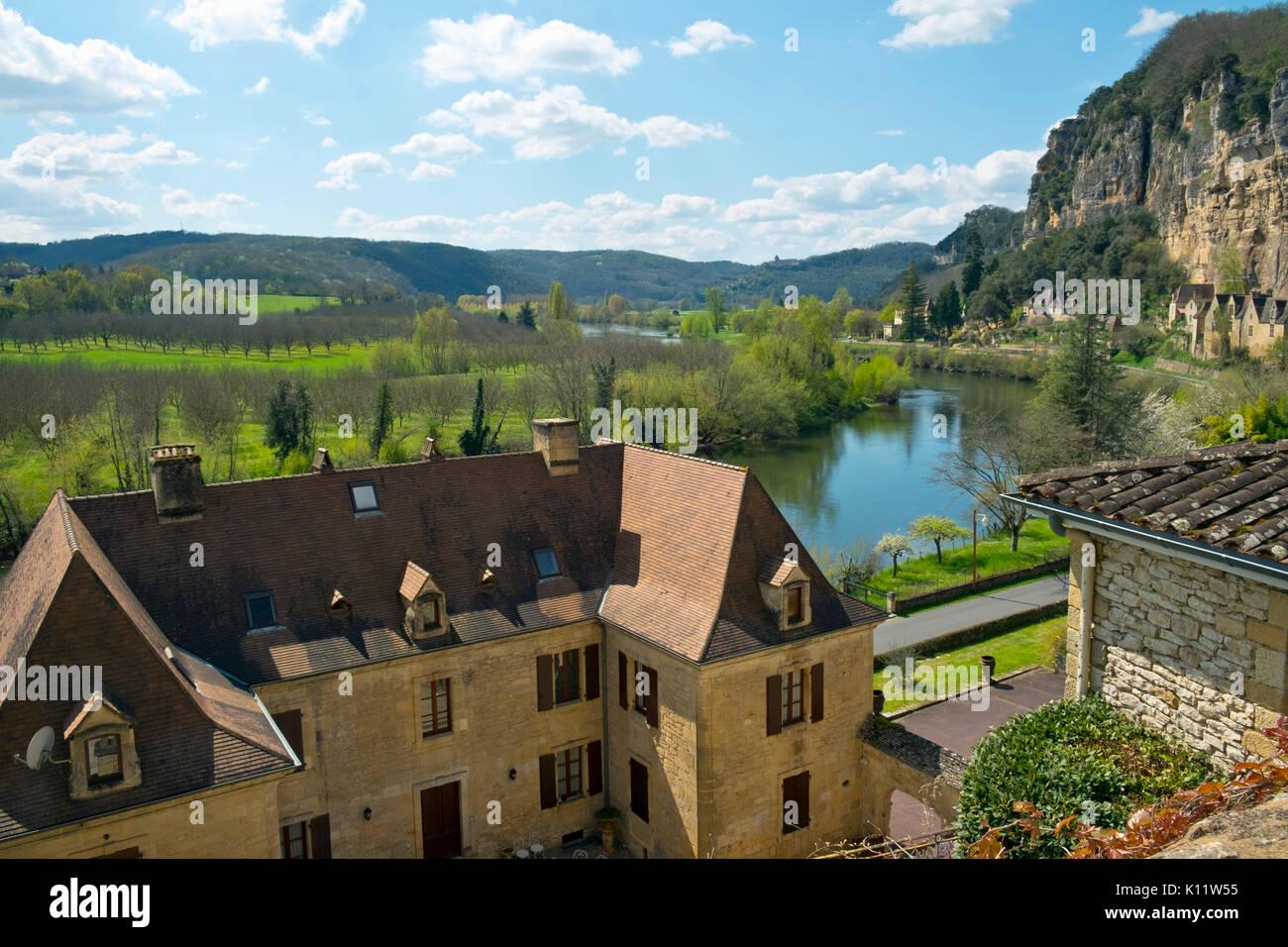 Malerische La Roque-Gageac gebaut, zwischen Klippen und Fluss Dordogne in der Dordogne, Nouvelle Aquitaine, Frankreich Stockbild