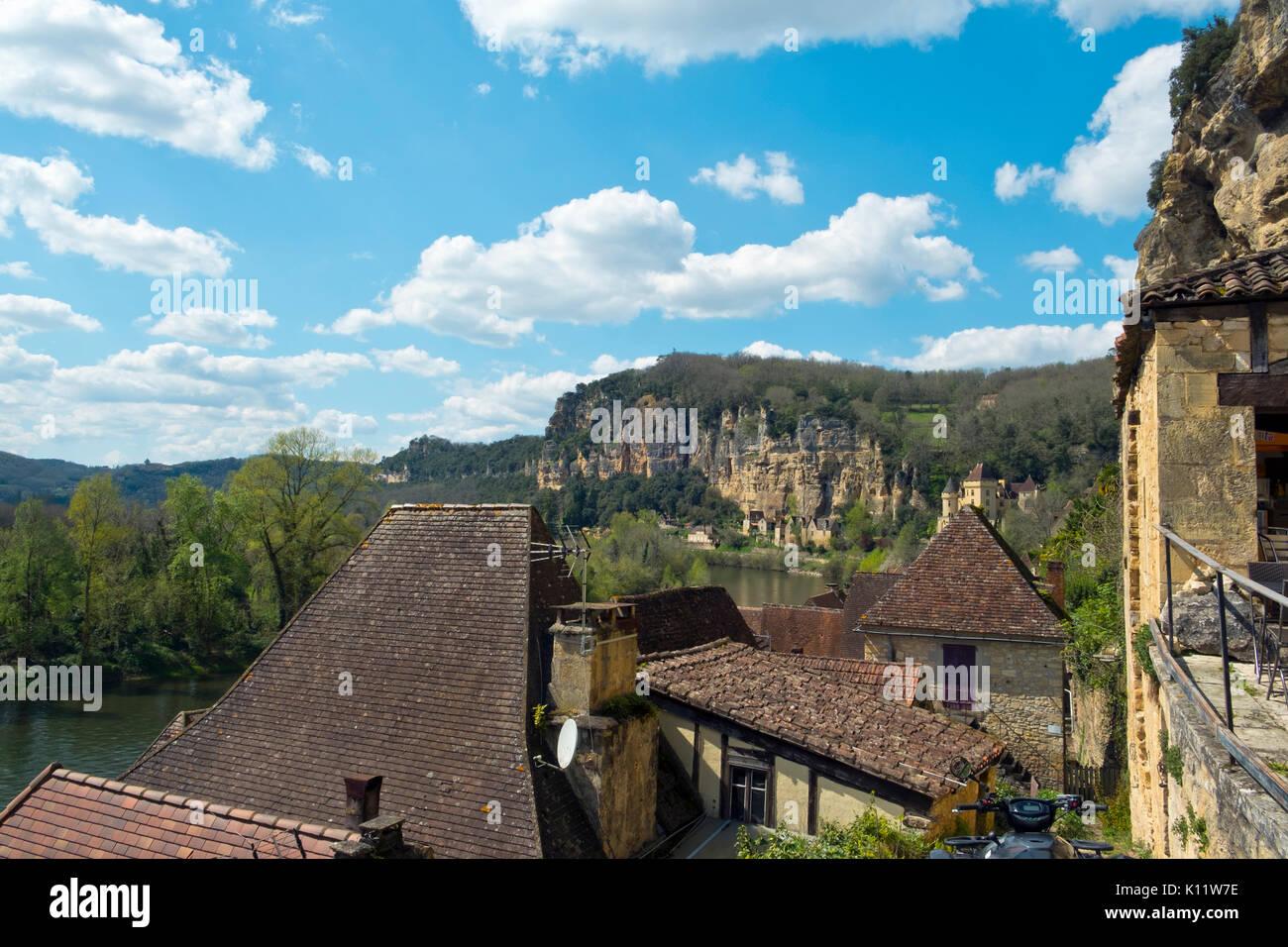 Ausblick über die Dächer der malerischen La Roque-Gageac unter dem Felsen neben dem Fluss Dordogne in der Dordogne, Nouvelle Aquitaine, Frankreich Stockbild
