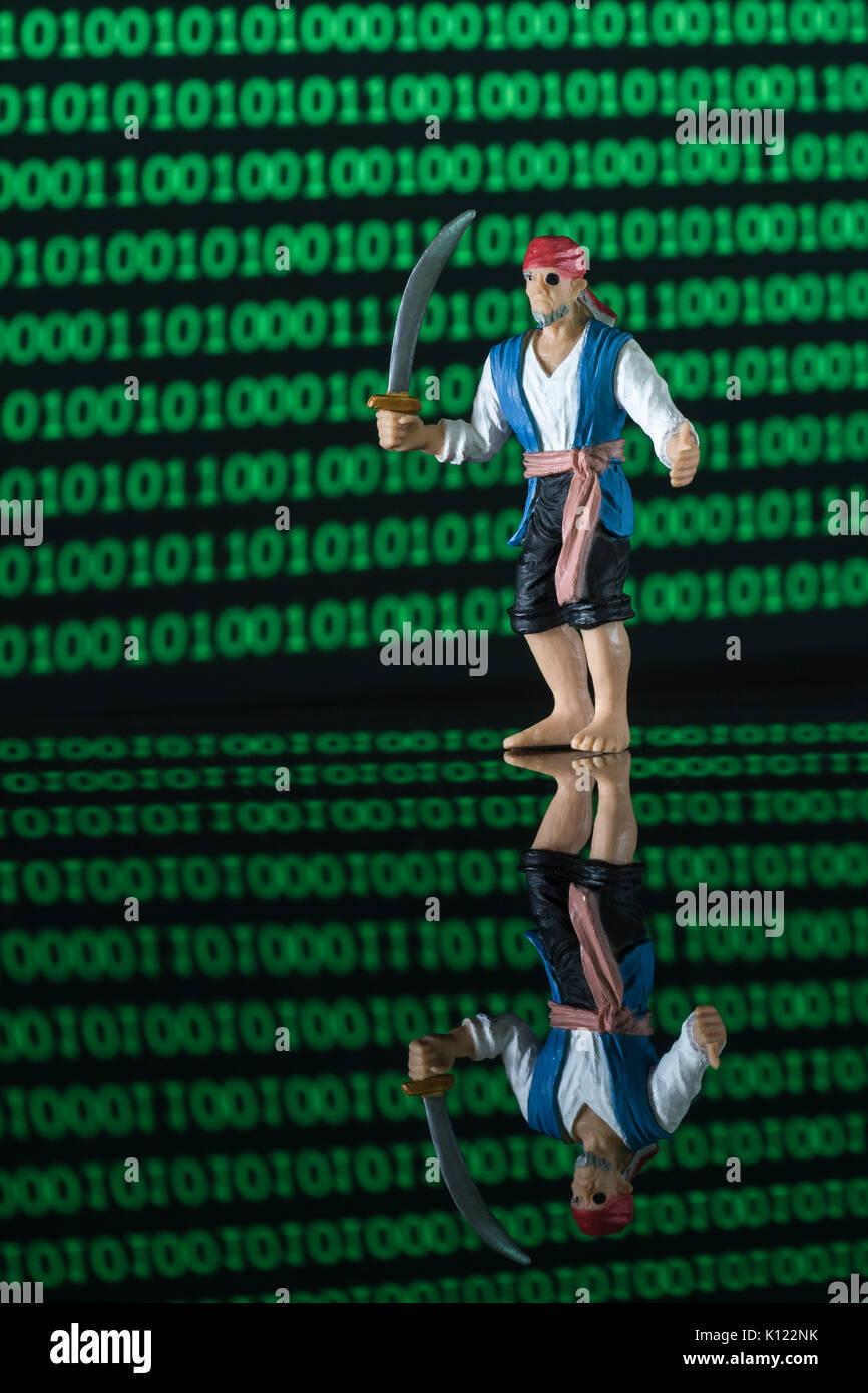 Schwert schwingende Pirate & Wand von binären Nullen und Einsen - für Malware, Software & Daten Piraterie, Copyright, Technology & intellectual property/IP-Diebstahl Stockbild