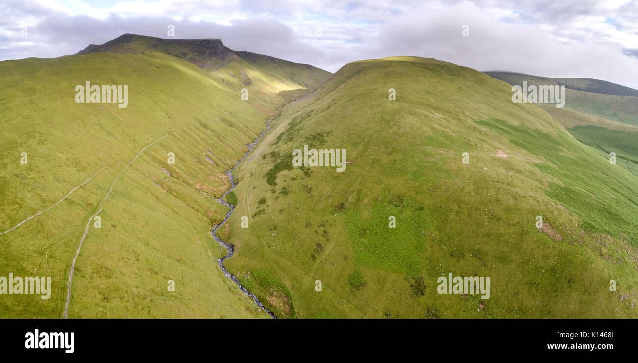 Glenderamackin Fluss von Drohne, mit Blencathra im Hintergrund. Stockfoto