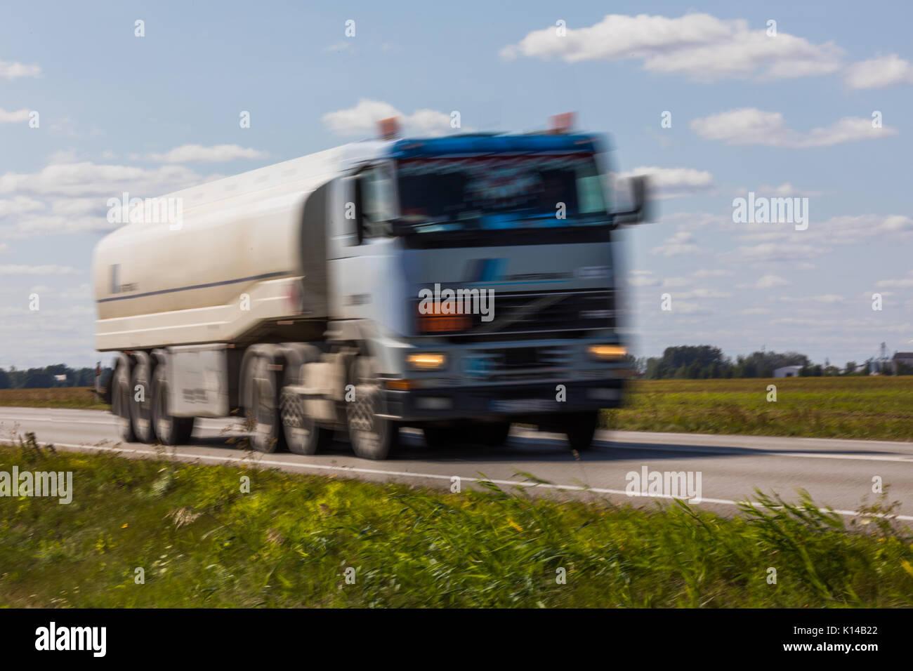 Lkw-Transport auf der Straße mit Bewegungsunschärfe. unscharfes Bild Hintergrund. bunte Tapete mit kopieren. Stockbild