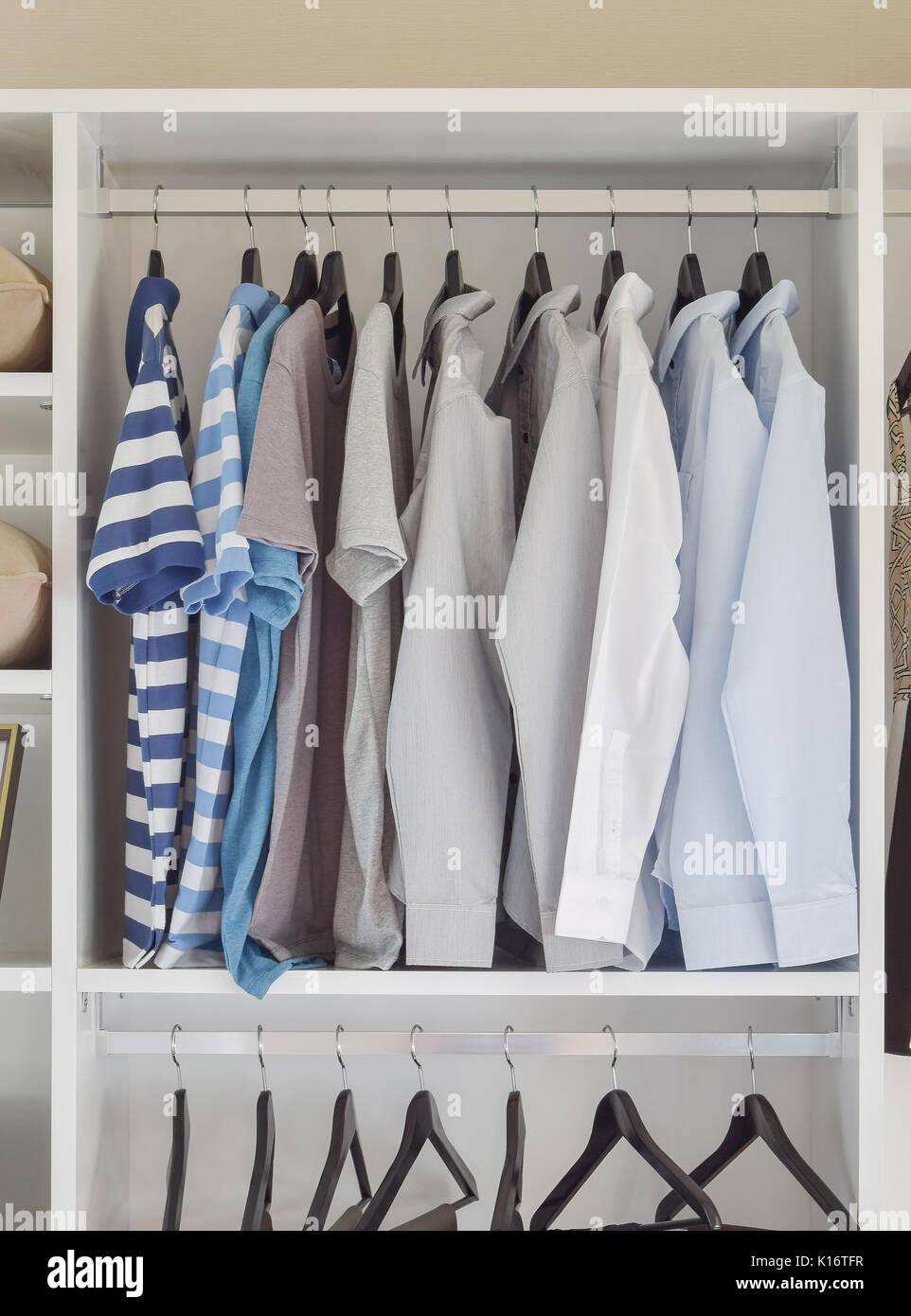 Moderne Schrank Bei Der Die Zeile Der Shirts In Weisser
