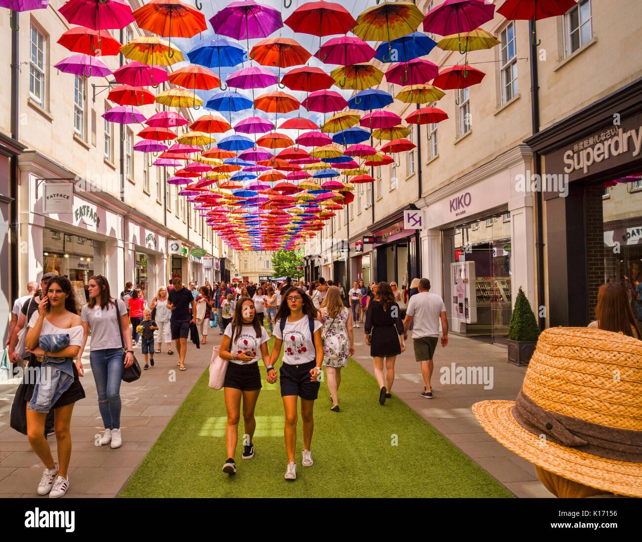 Vom 8. Juli 2017: Badewanne, Somerset, England, UK-Shopping im SouthGate Shopping Center. Oben ist die Installation der Stadt von 1000 Schirme. Stockbild
