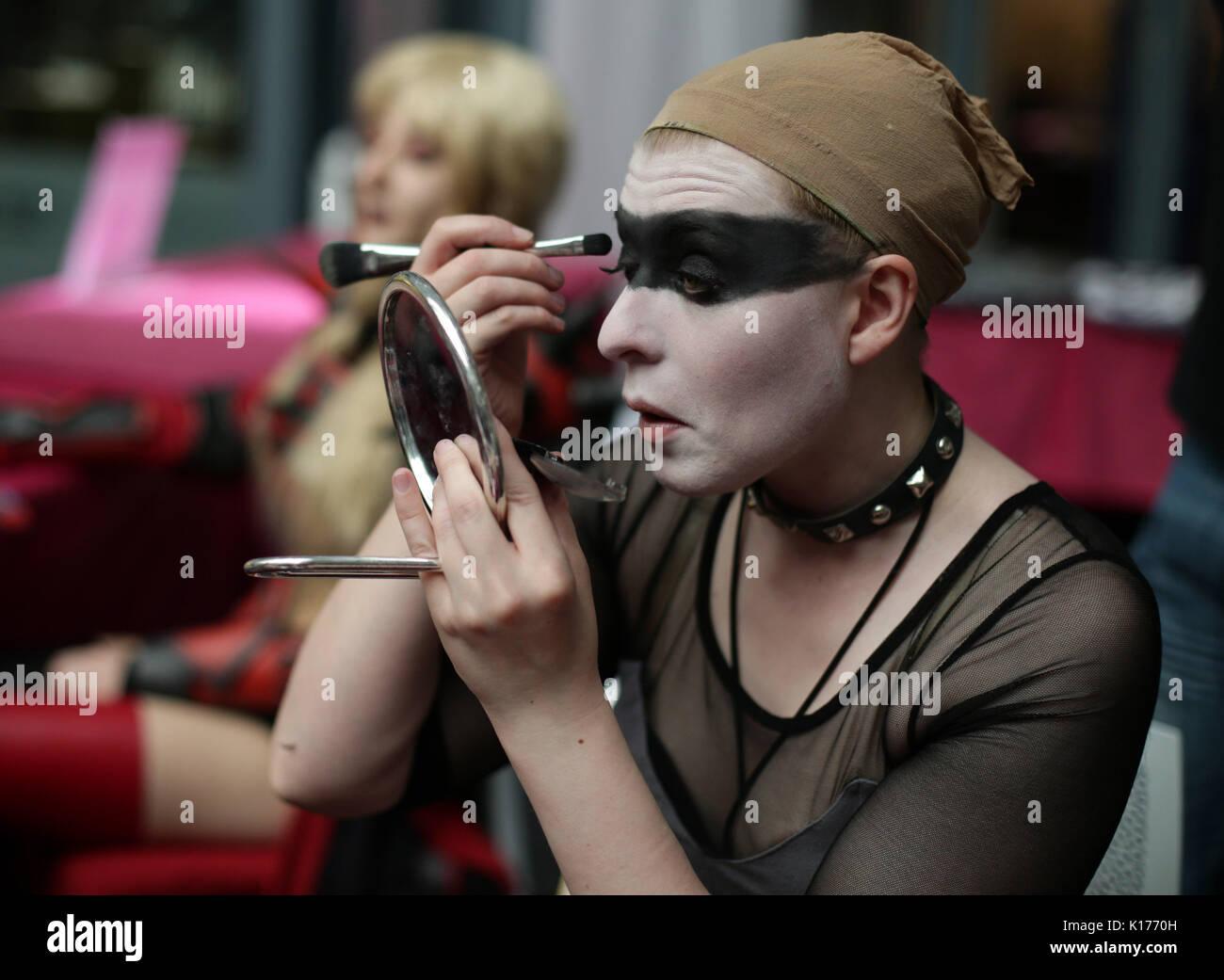 Ena Wilson den letzten Schliff zu Ihrem Kostüm wie Pris aus Blade Runner, am London Super Comic Con, im Business Stockfoto