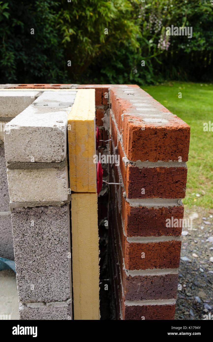 Wand Isolierung mit Distanzstücken zwischen Ziegel und Breeze Blöcke auf einem neuen Wintergarten externe Zwerg Wand. Großbritannien, Großbritannien Stockbild