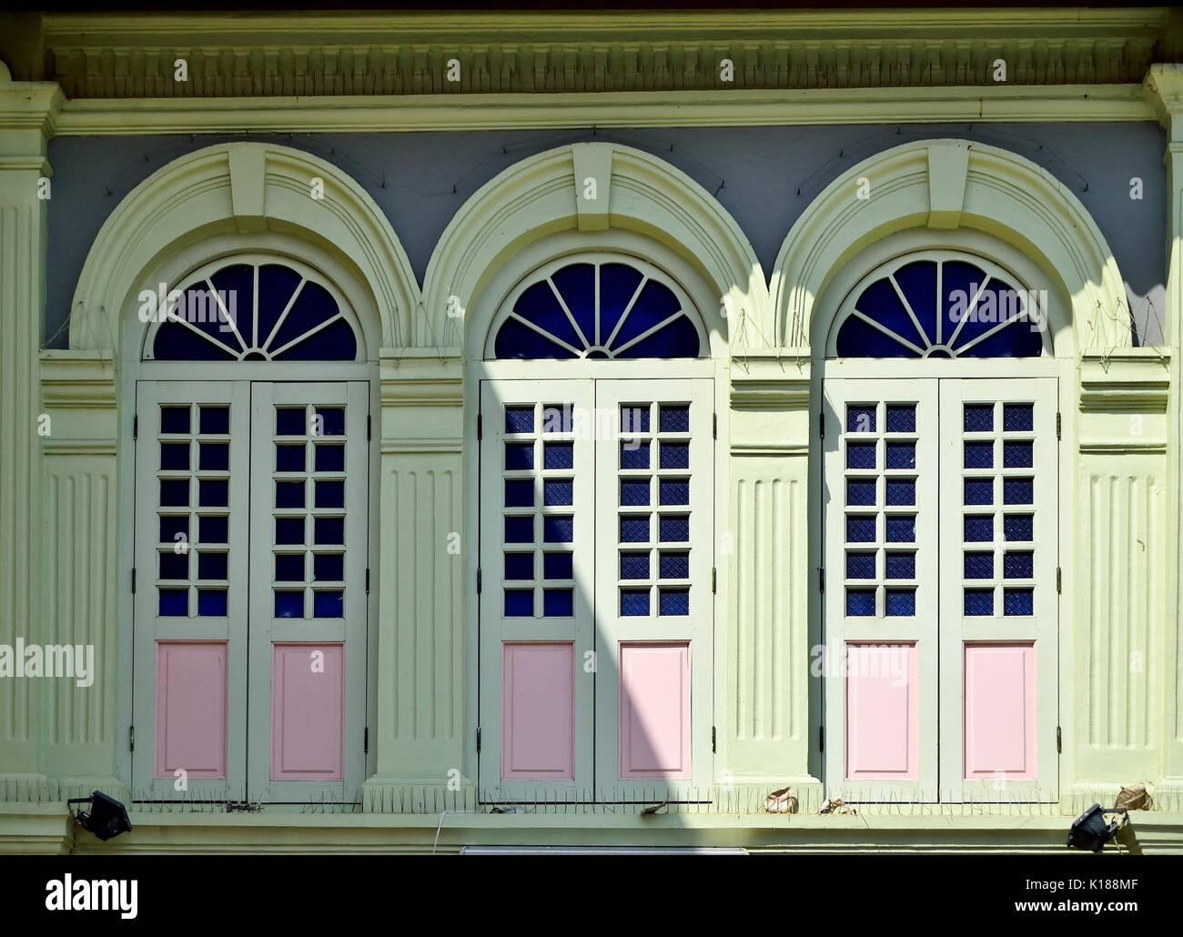 Traditionelle Shop Haus Außen Mit Grünen Hölzerne Lamellenfensterläden,  Bogenfenster Und Kunstvollen Steinmetzarbeiten Im Stadtteil Little India,  Singapur