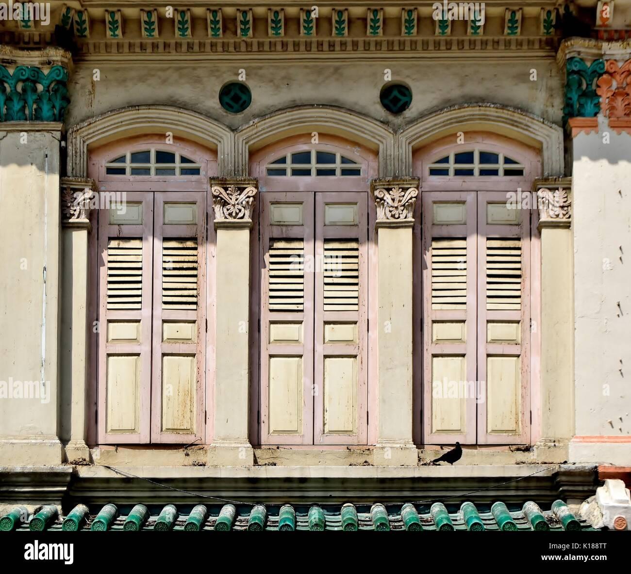 Traditionelle Shop Haus Außen Mit Rosa Hölzerne Lamellenfensterläden,  Bogenfenster Und Korinthische Säulen Im Stadtteil Little India, Singapur