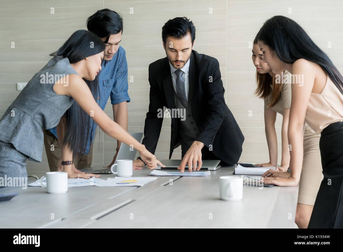Gruppe von multi-ethnischen Geschäftspartner Ideen im Tagungsraum im Büro zu diskutieren. Menschen treffen Unternehmenskommunikation Teamarbeit Geschäftskonzept. Stockbild