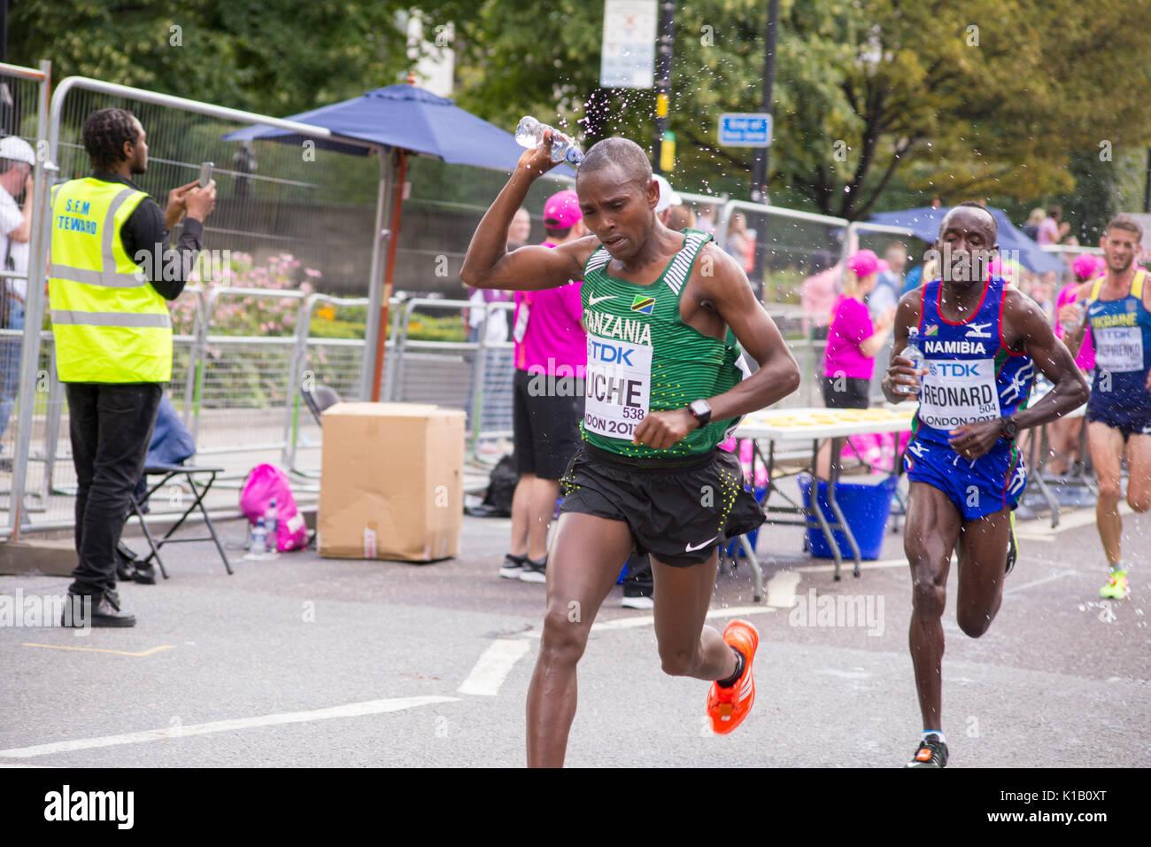6 Jul '17 London: TANSANISCHEN HUCHE und Namibische REONARD Abkühlen im Wasser Station während der IAAF Leichtathletik-Weltmeisterschaft 2017 Männer Marathon Stockbild