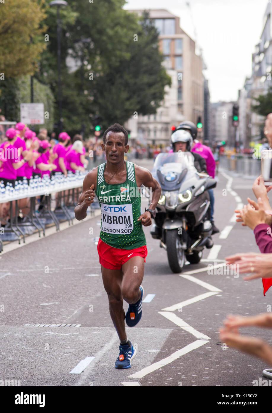 6 Jul '17 London: Eritreische Ghebrezgiaghier KIBROM fließt Wasser Station während der IAAF Leichtathletik-Weltmeisterschaft 2017 Männer Marathon Stockbild