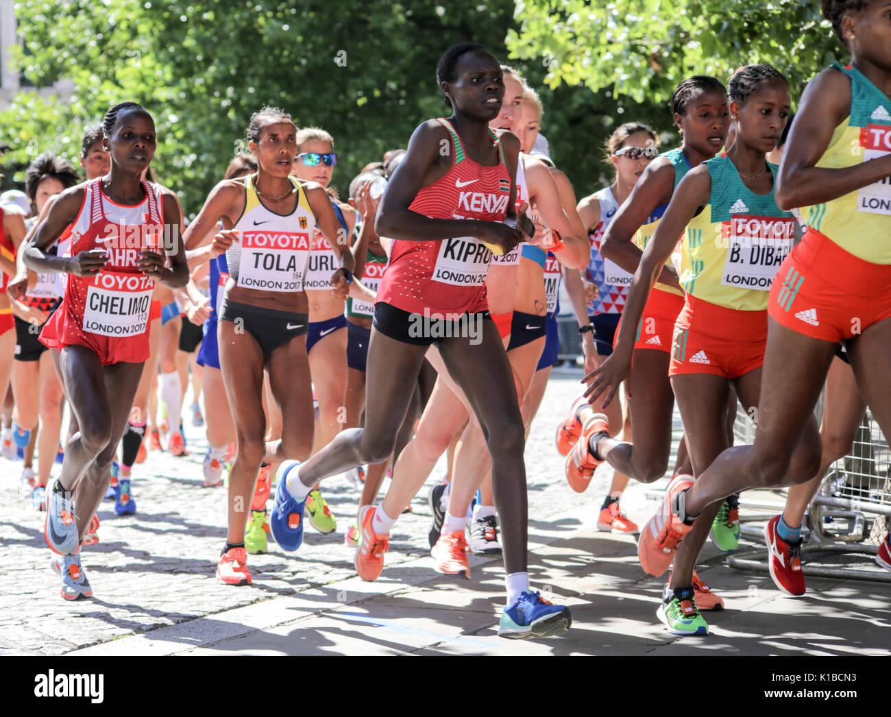 2017/8/6 London: Drei äthiopische Athleten einschließlich BERHANE DIBABA führt eine Gruppe von Athleten in der IAAF WM-Marathon Stockbild