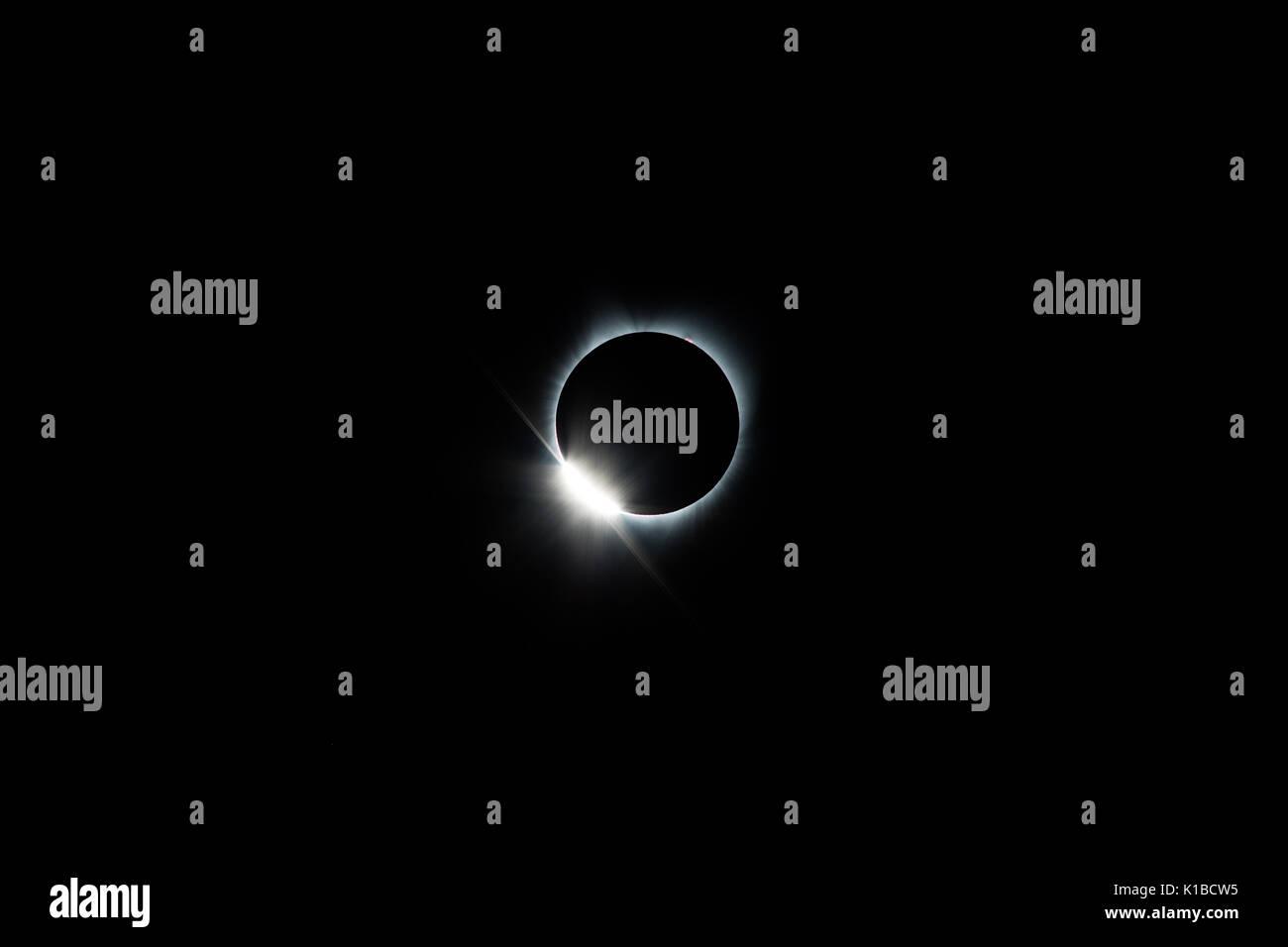 Bei einer totalen Sonnenfinsternis der Mond vollständig bedeckt die Sonne. Dieses unglaubliche Ereignis kann im Durchschnitt alle 18 Monate irgendwo auf der Erde gesehen werden. Stockbild