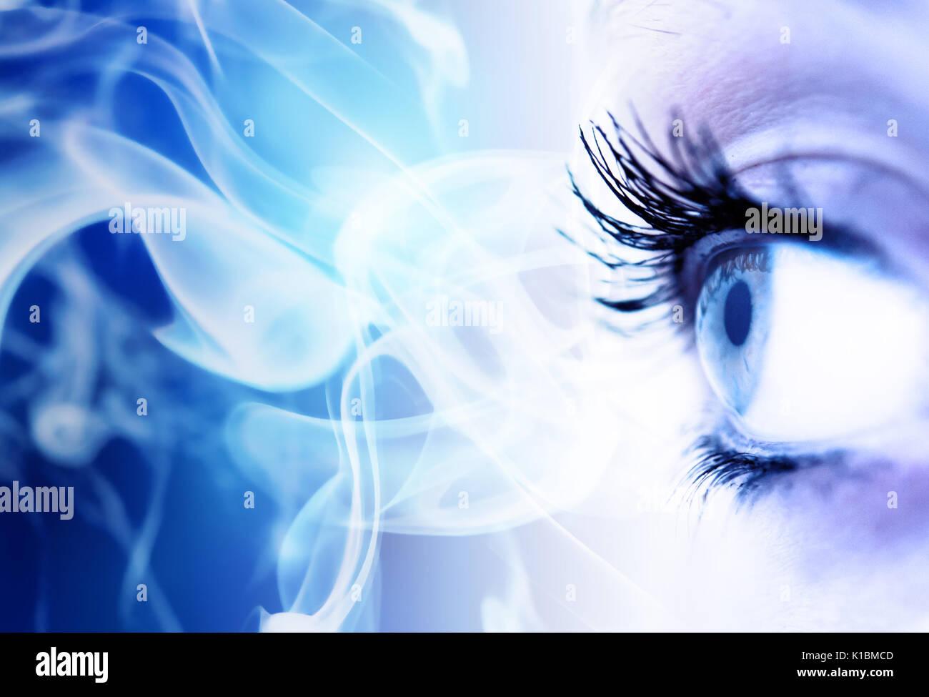 Nahaufnahme eines weiblichen Auge mit blauen abstrakten Raum kopieren Stockbild