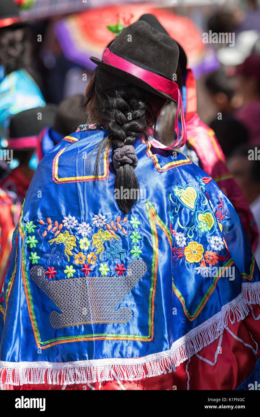 Juni 17, 2017 Pujili, Ecuador: Frau mit einem traditionellen gestickter Poncho in Corpus Christi Parade Stockbild