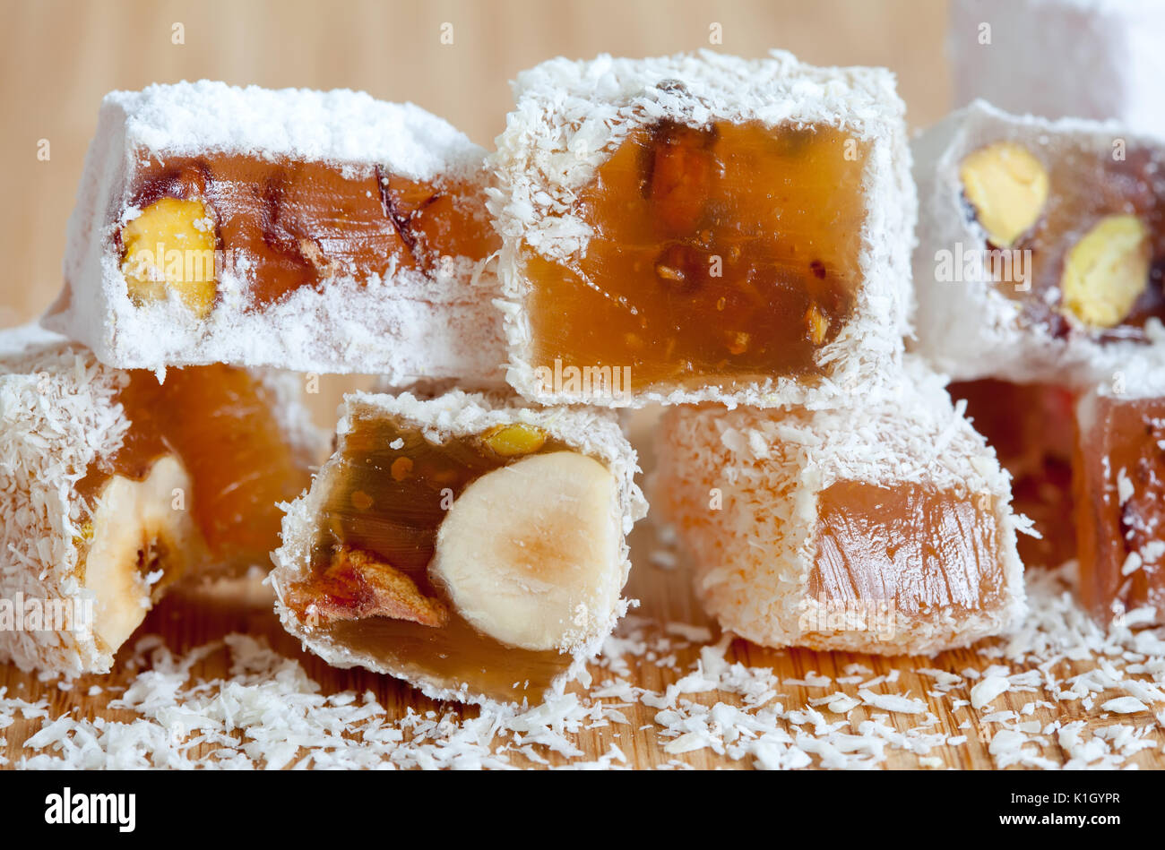 Köstliche orientalische Süßigkeiten lokum (Türkischer Honig) mit Puderzucker. Stockbild
