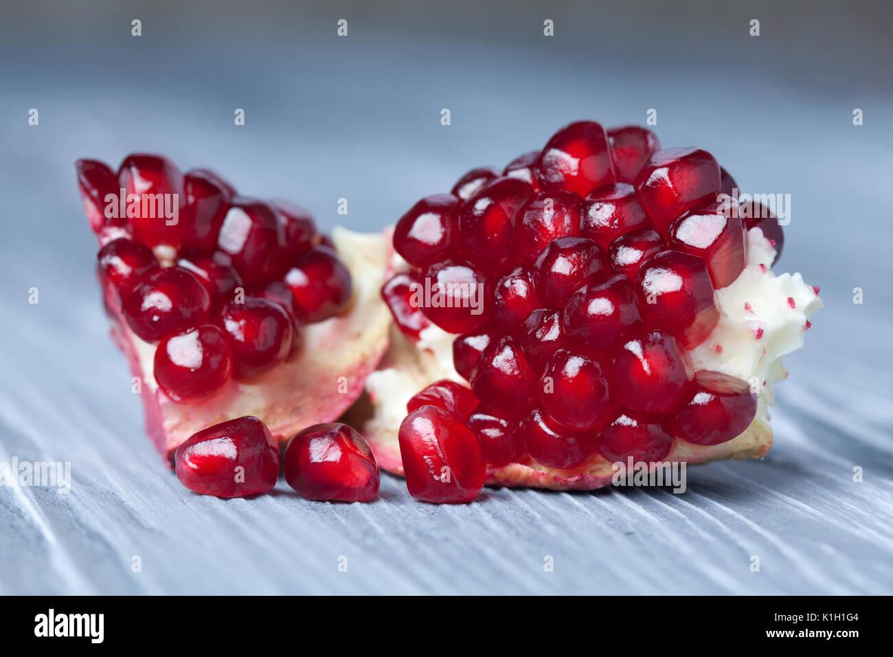 Granatapfel Samen. Teil der Granatapfel Obst. alten grauen Holz- Hintergrund. Makro anzeigen. (Weichzeichner). Stockbild