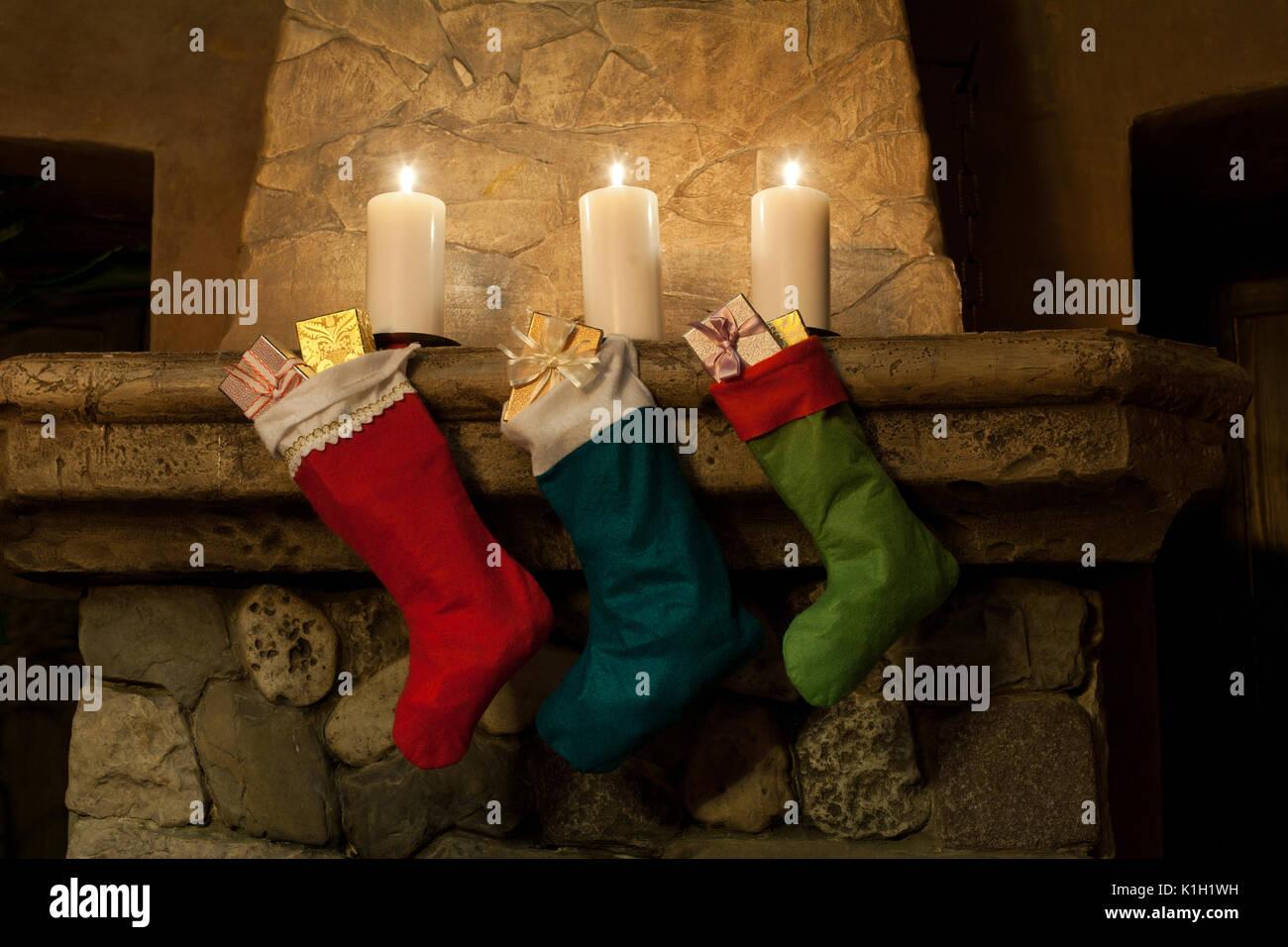 Weihnachtsstrumpf am Kamin Hintergrund. Kamin, Kerzen. Weihnachten ...