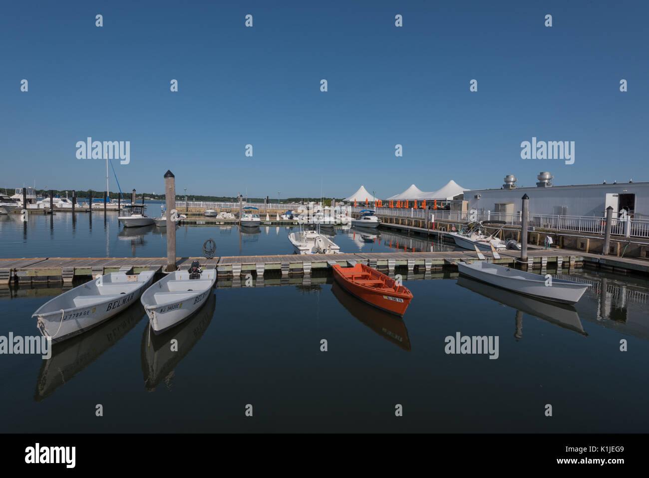 Belmar, NJ USA - August 26, 2017 Orange und Weiß Motorboote sind im Belmar Marina angedockt und im Wasser spiegelt. Redaktionelle Verwendung. Stockbild