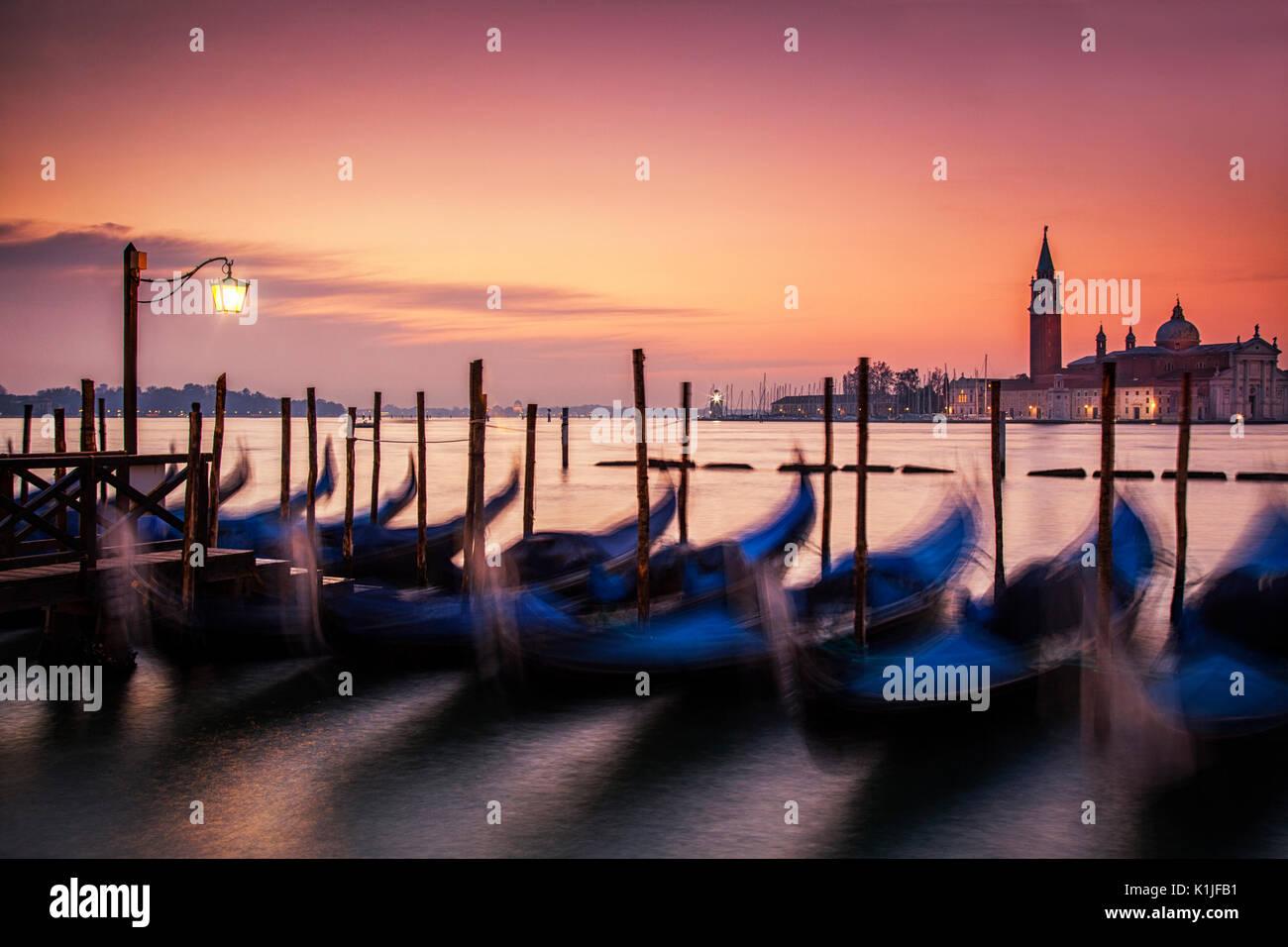 Sinrise über die Gondeln in Venedig, Italien und die Insel San Giorgio Maggiore. Stockbild