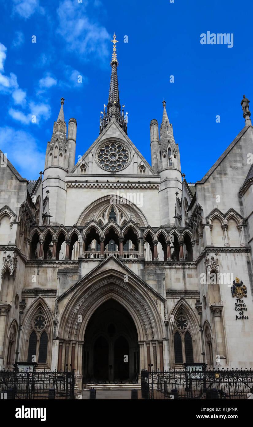 Historische Gebäude und Eingang der Royal Courts of Justice in London, England. Stockfoto