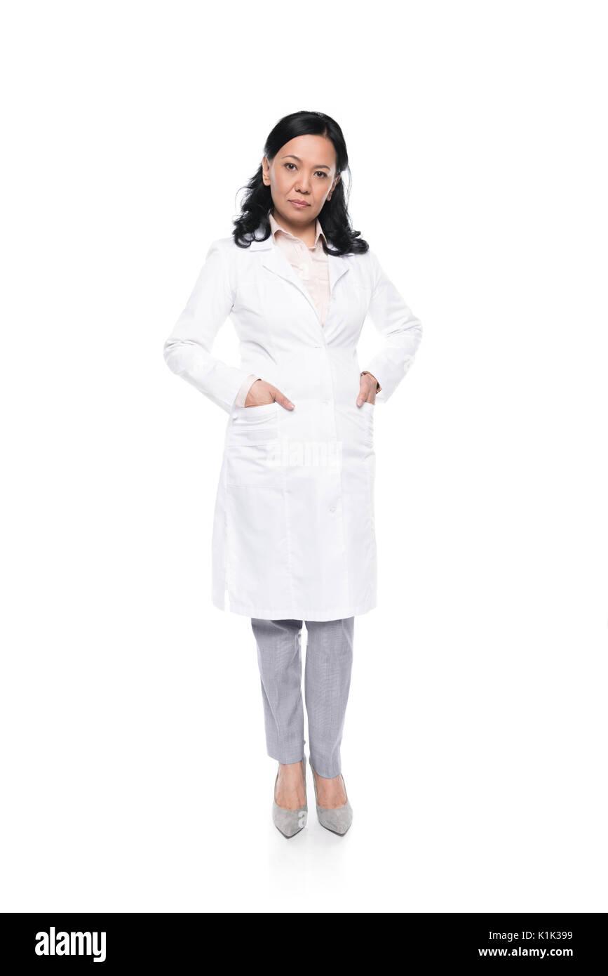 Professionelle medizinische Arbeiter im weißen Mantel mit Händen in den Taschen und Kamera Stockbild