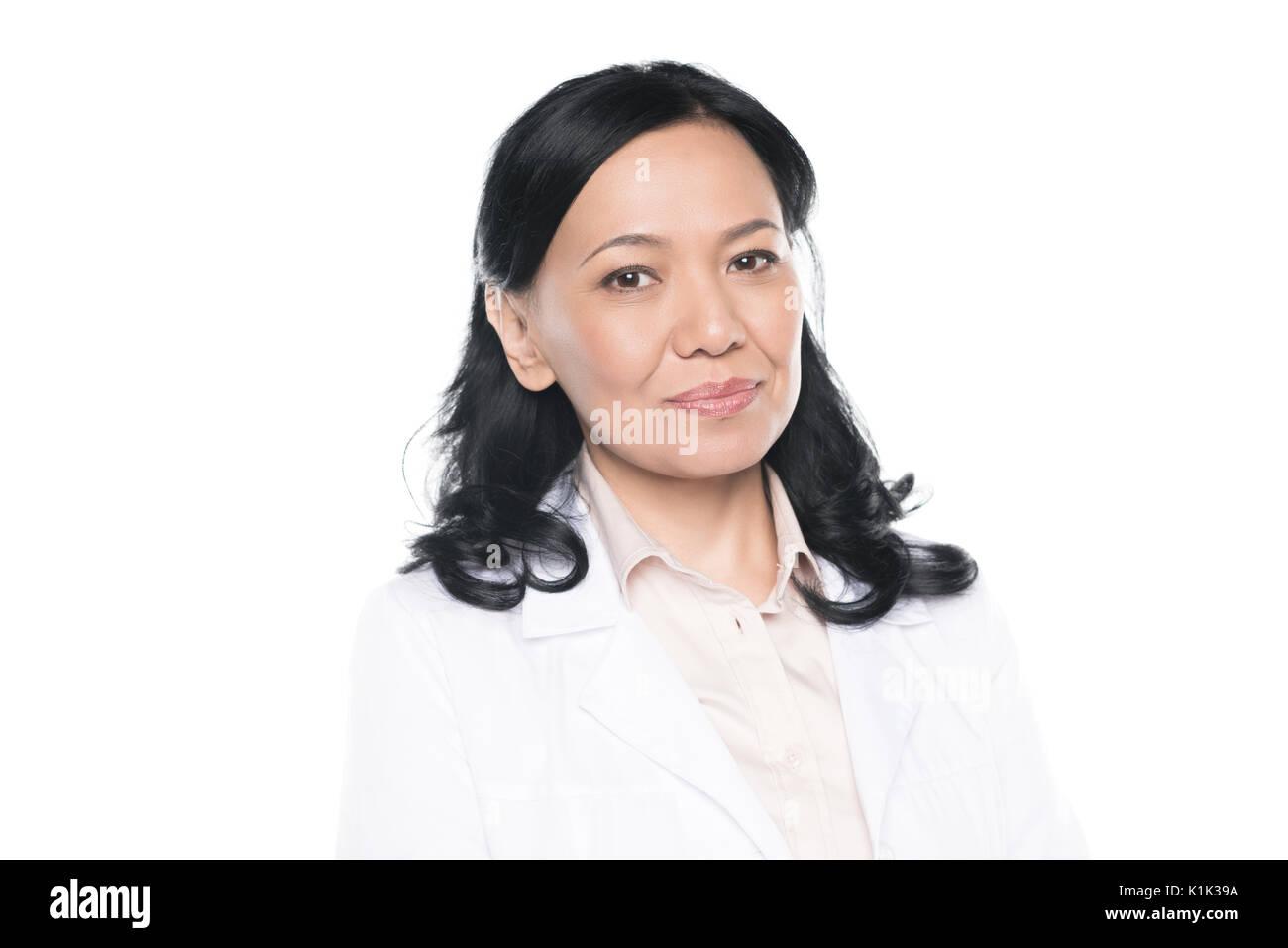 Nahaufnahme Porträt der Schönen professionelle medizinische Arbeiter im weißen Mantel an Kamera suchen Stockbild
