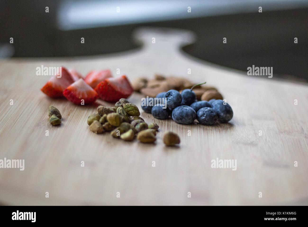 Gesundes Obst auf einem Holz Schneidebretter Stockbild