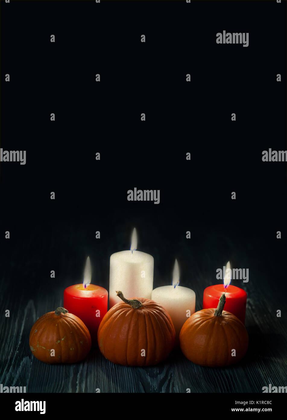 Halloween poster Vorlage. Kürbisse, Kerzen in der Dunkelheit Stockbild