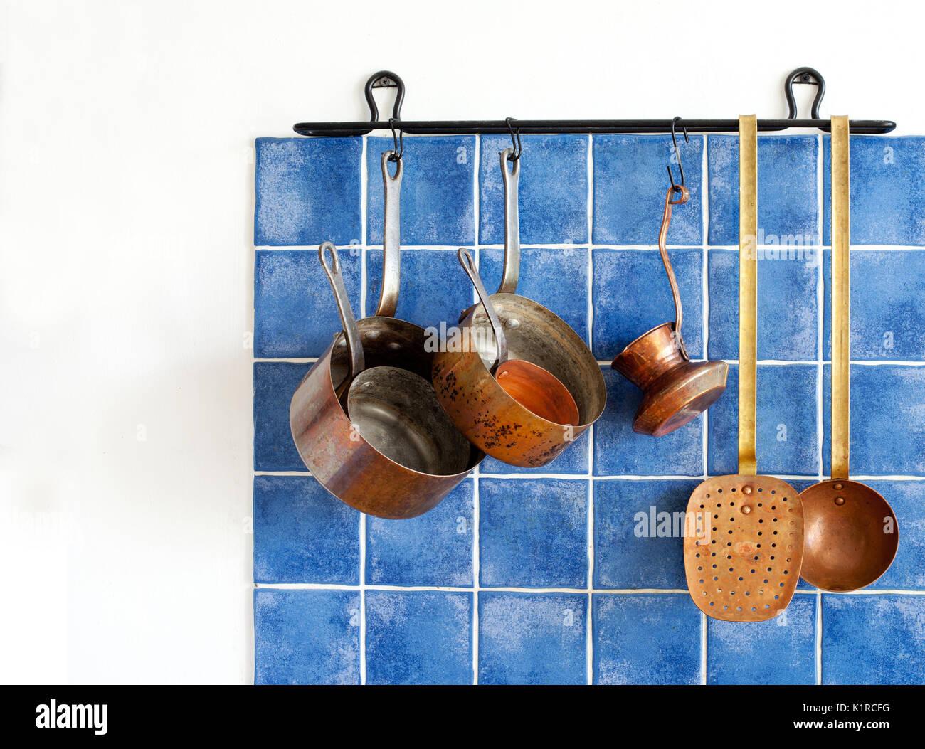 Küchengeräte. Hängende Retro Design Kupfer Küchenutensilien ...