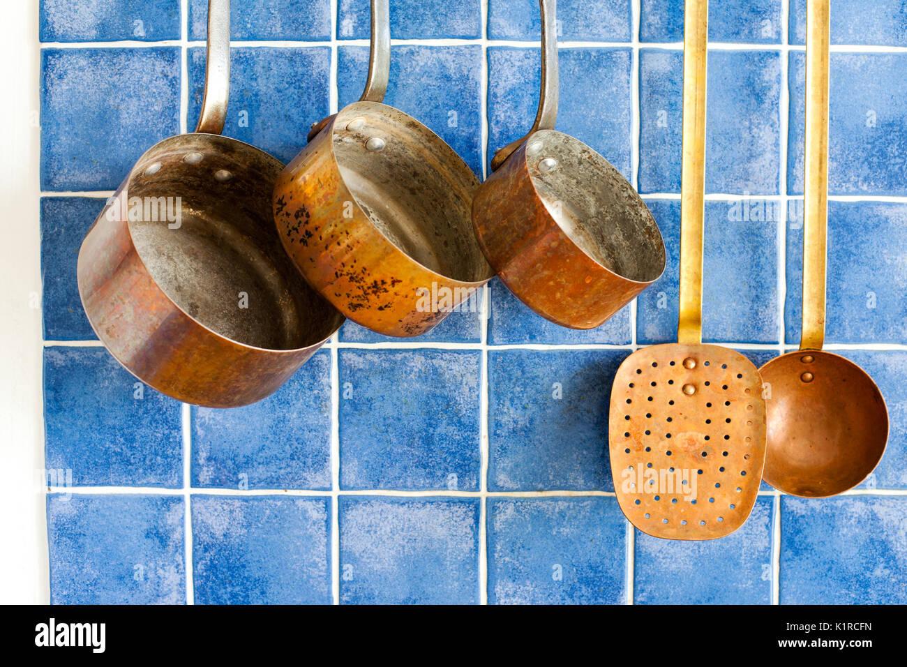 Vintage Küche tools. Kupfer Küchenutensilien. Töpfe, Kaffeemaschine ...