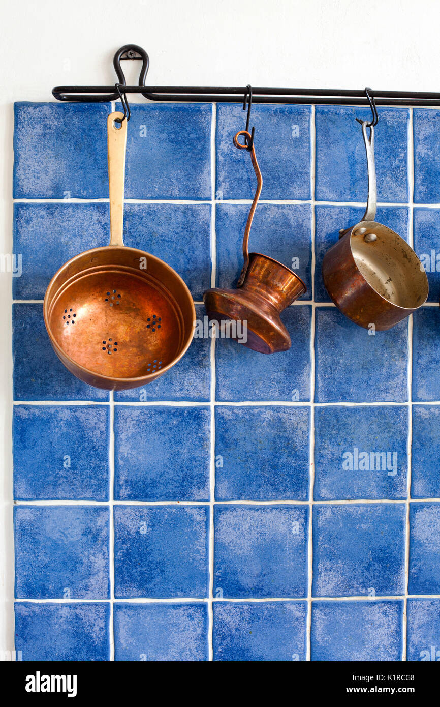Kupfer Küchenutensilien. Topf, Kaffeemaschine, Sieb hängen an ...