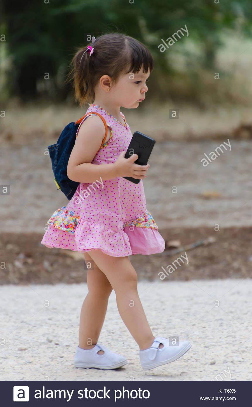 In Kleines Turnschuhen Und Rosa Mädchen KleidWeißen XkZiOPuT