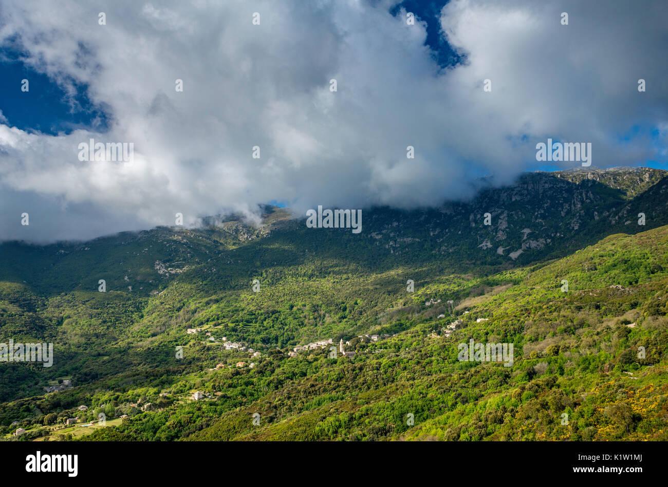 Monte Stello massiv über Dorf von Sisco, Cap Corse, Haute-Corse, Korsika, Frankreich Stockbild