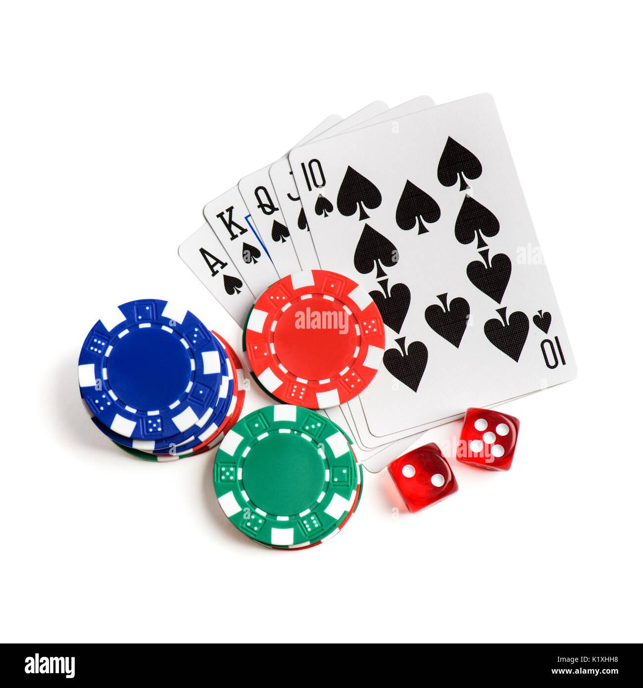 Rote Würfel, Karten spielen wie Royal Flush und Chips auf weißen isoliert. Ansicht von oben Stockbild