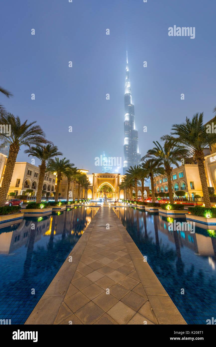 Palmen und Springbrunnen, Burj Khalifa, Blaue Stunde, Dubai, Emirat Dubai, Vereinigte Arabische Emirate Stockbild