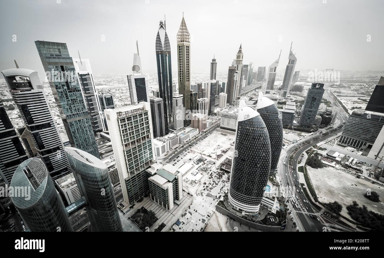 Wolkenkratzer und Straßen, Dubai, Vereinigte Arabische Emirate Stockbild