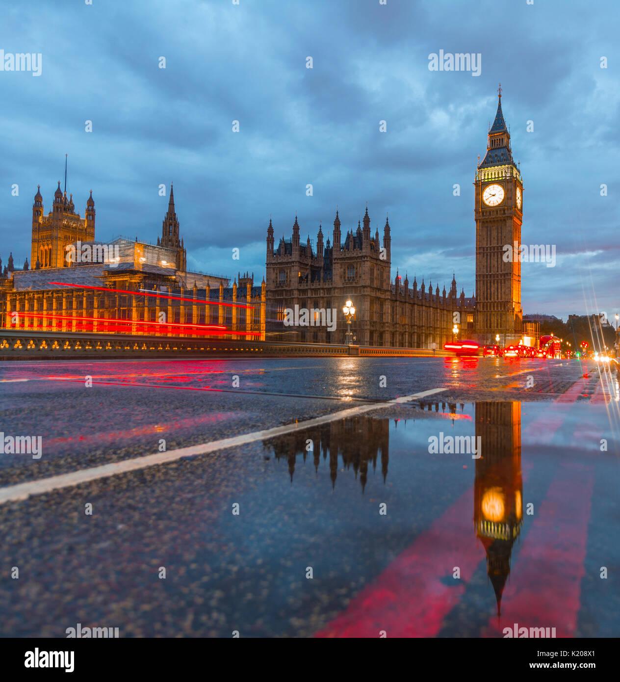 Die Westminster Bridge, Palast von Westminster, das Parlament mit Reflexion, Big Ben, leichte Wanderwege, Westminster Stockbild