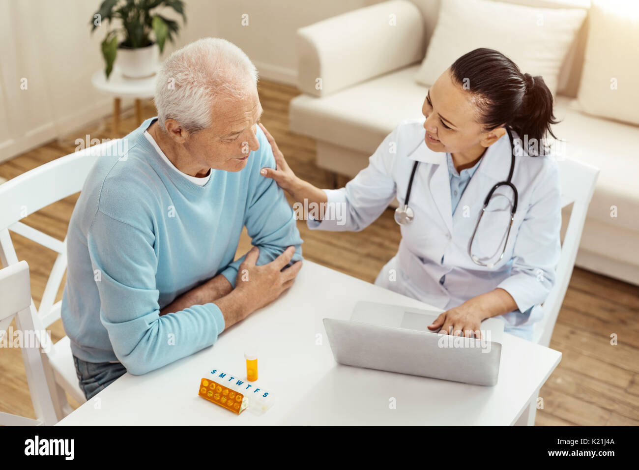 Gut gelaunt freundlich Arzt beruhigend ihre Patienten Stockbild
