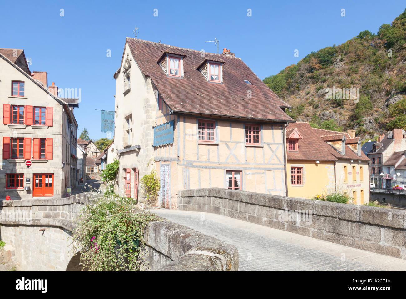 Aubusson, Creuse, Nouvelle Aquitaine, Frankreich die mittelalterliche Pont de la Terrade über den Fluss Creuse, die zu den alten Vierteln, die Weber. Stockbild