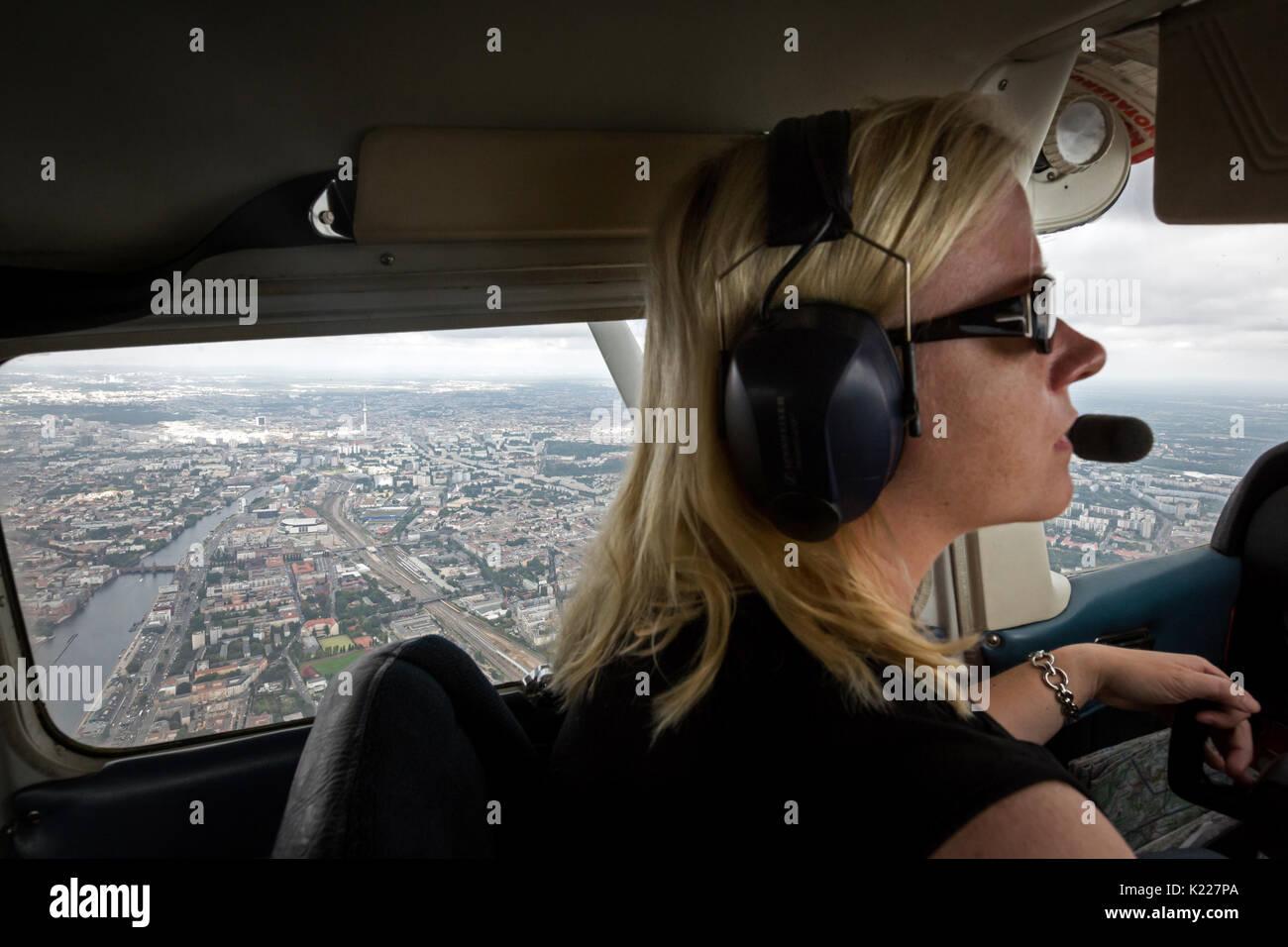 Jamie Pilot und radio Journalist bei RBB Antenne Brandenburg, Sandra Fritsch fast täglich überwacht die morgen Auto Verkehr auf den Straßen und Autobahnen Stockbild
