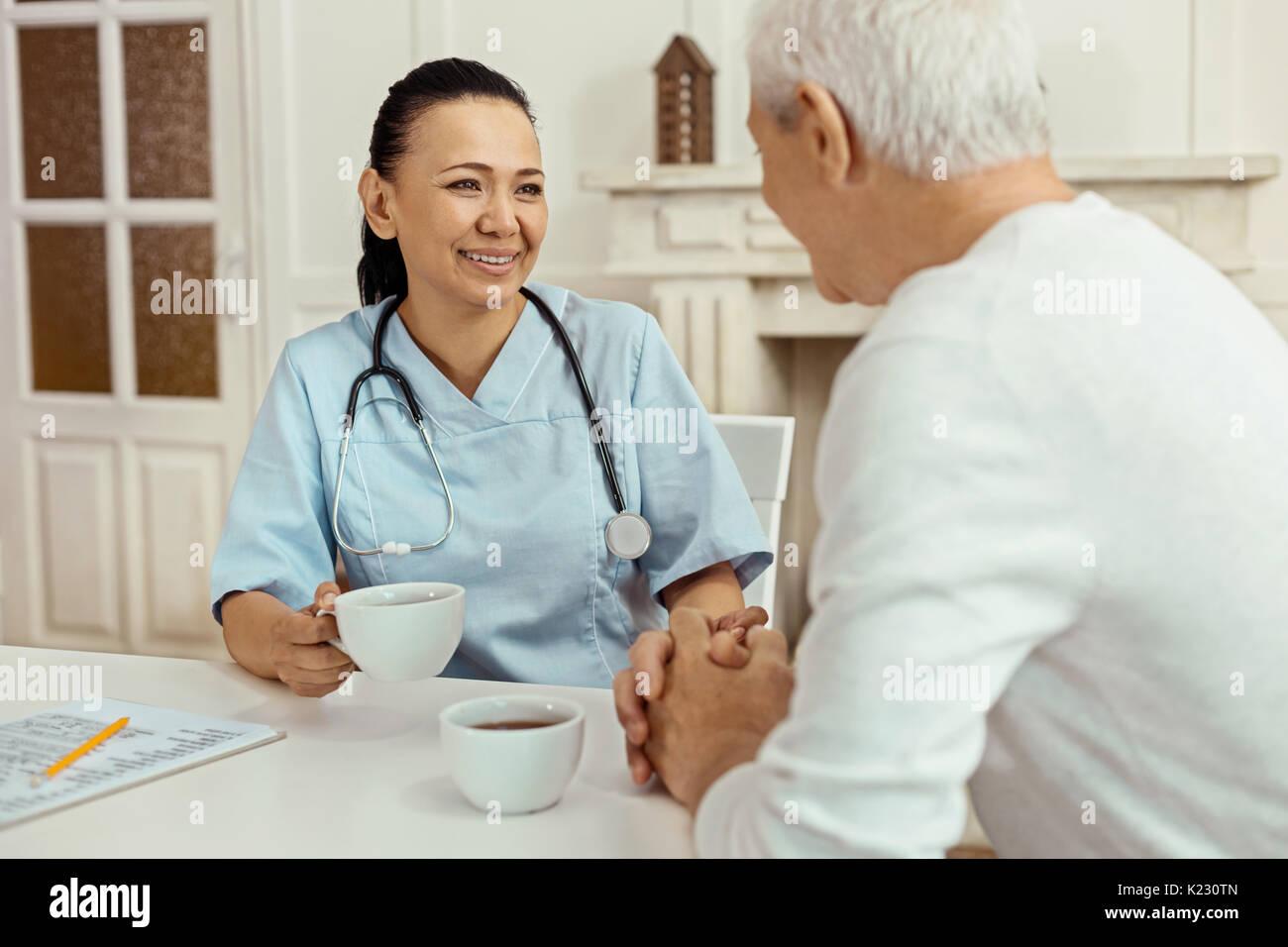 Freudige positive Krankenschwester eine Pause von der Arbeit Stockbild