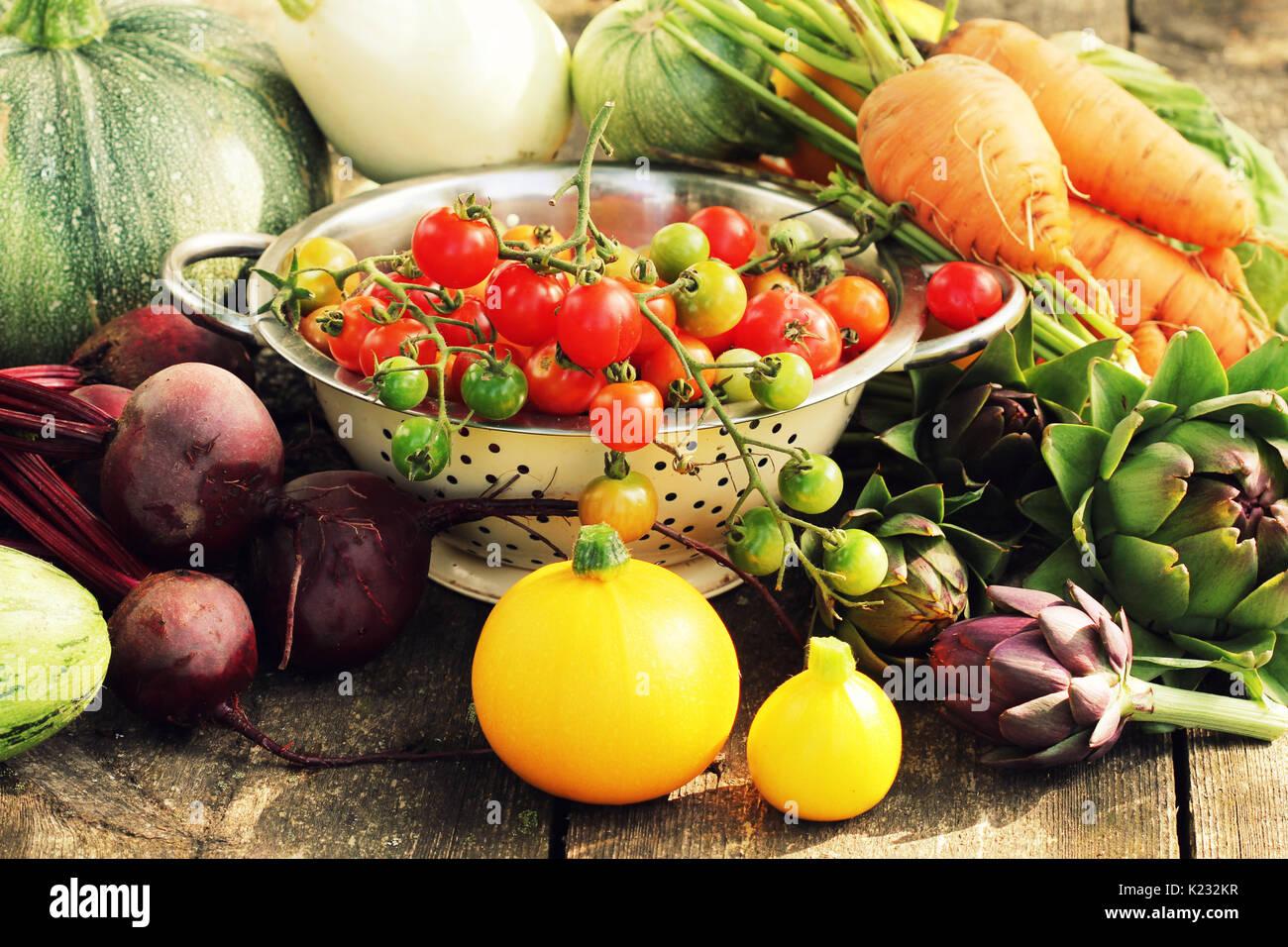 Frisches rohes Gemüse Zutaten für gesundes Kochen oder Salat, auf rustikalen Tabelle, kopieren. Diät- oder vegetarische Kost Konzept Stockbild