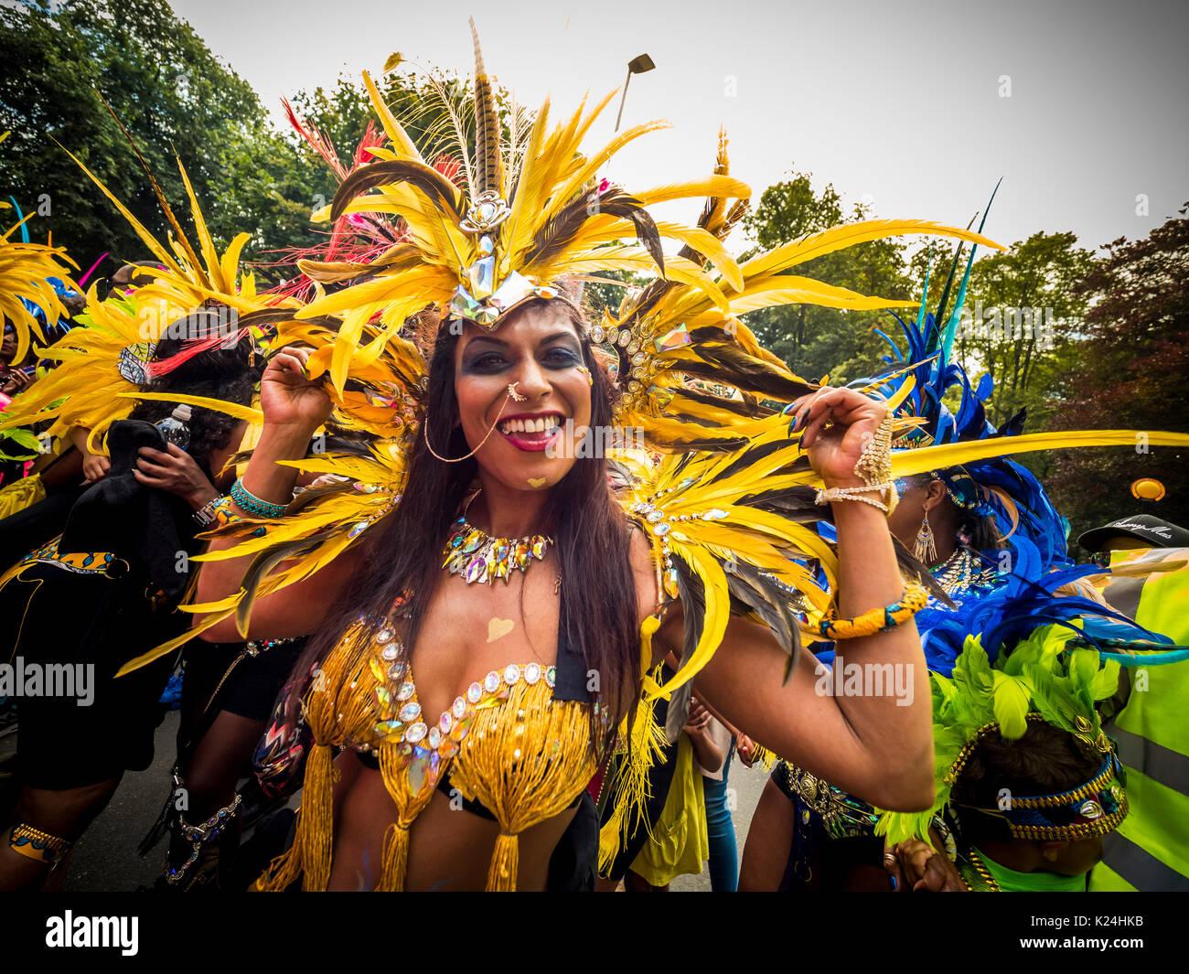 Leeds, Großbritannien. 28 August, 2017. 50 Leeds West Indian Karneval in Potternewton Park. Der Karneval war das erste in Großbritannien, 1967, alle drei wesentliche Elemente eines authentischen indischen Karneval - Kostüme, Musik und einer Maskerade Prozession zu übernehmen - er ist Europas längste laufende Karibischen Karneval Parade. Die Veranstaltung umfasst eine farbenfrohe Prozession durch die Straßen, eine Live Musik Bühne und Street Food und richtet sich an alle Altersgruppen und Kulturen ausgerichtet. Foto Bailey-Cooper Fotografie/Alamy leben Nachrichten Stockbild