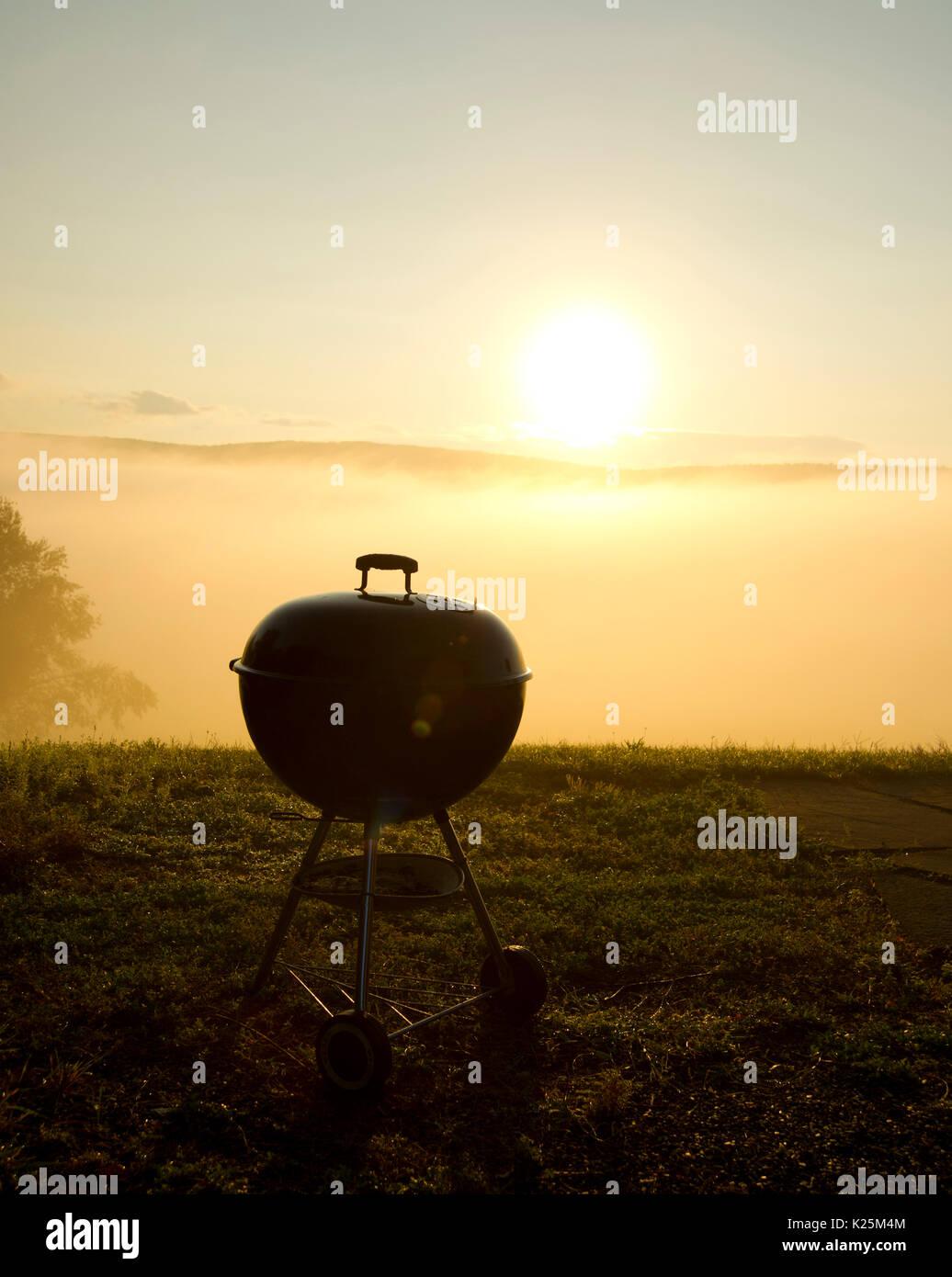 Holzkohlegrill bei Sonnenaufgang Stockbild