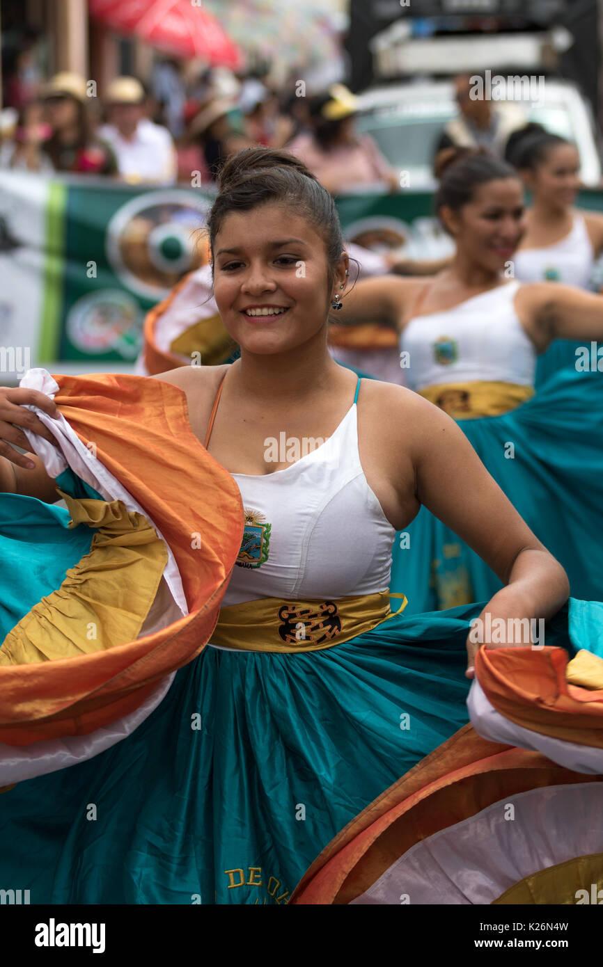 Juni 17, 2017 Pujili, Ecuador: indigene Tänzerin im kolonialen Stil Kleid an der Corpus Christi jährliche Parade Stockbild