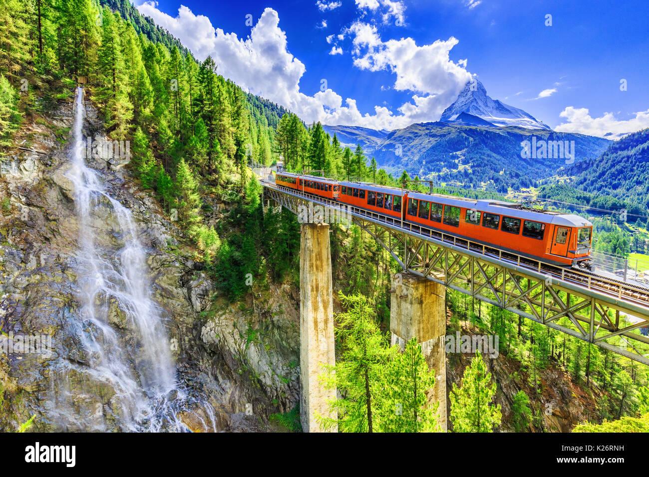 Zermatt, Schweiz. Gornergrat touristischen Zug mit Wasserfall, Brücke und Matterhorn. Wallis. Stockbild