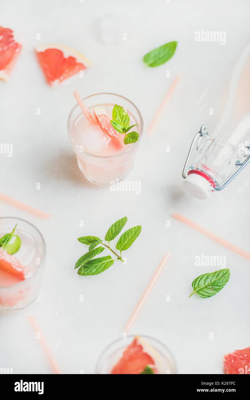 Kalt Erfrischende Sommer Alkohol Cocktail mit frischen Grapefruit Stockbild