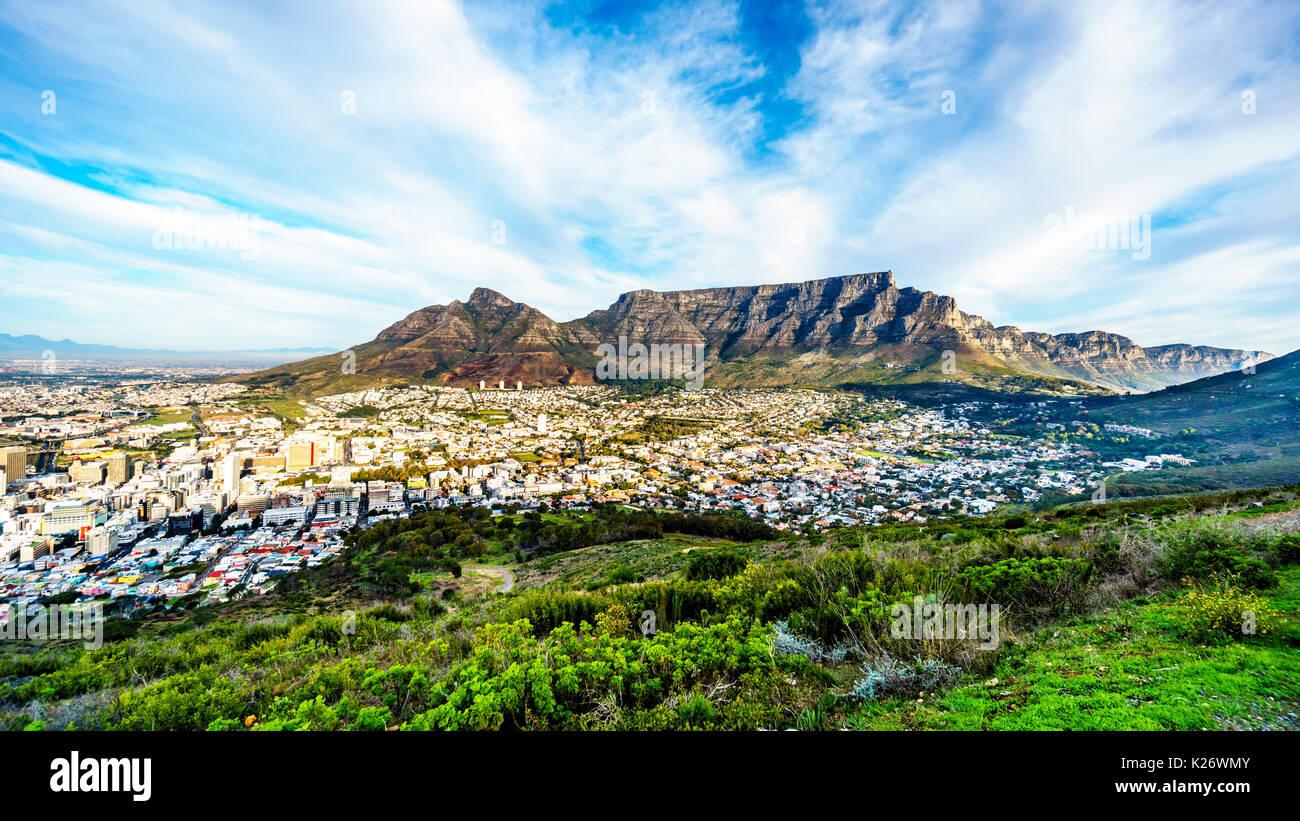 Sonne über Kapstadt, Tafelberg, Devils Peak, Lions Head und die Zwölf Apostel. Von der Straße auf den Signal Hill in Cape Town, South gesehen ein Stockbild